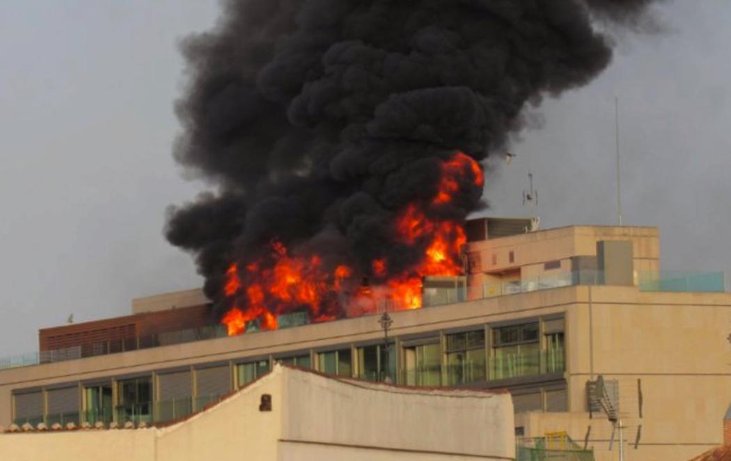 Espectacular incendio en una azotea de la Gran Vía de Madrid