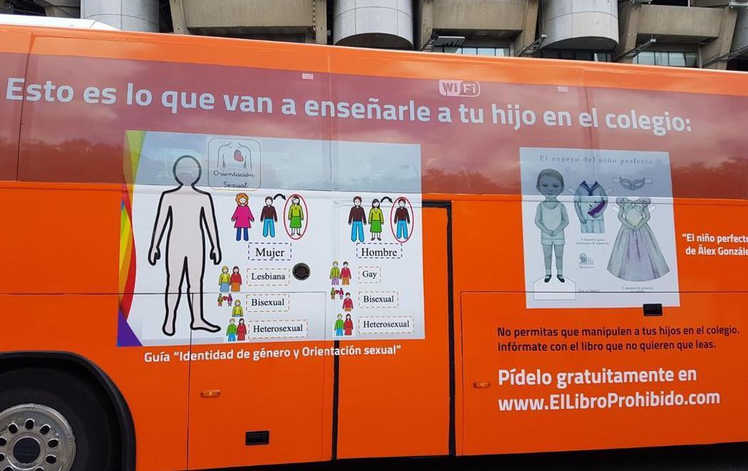 La Policía municipal de Madrid denuncia al enésimo autobús transfóbico de Hazte Oír