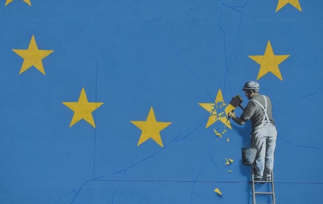 Banksy retrata el Brexit y la ruptura europea con un icónico mural en Dover