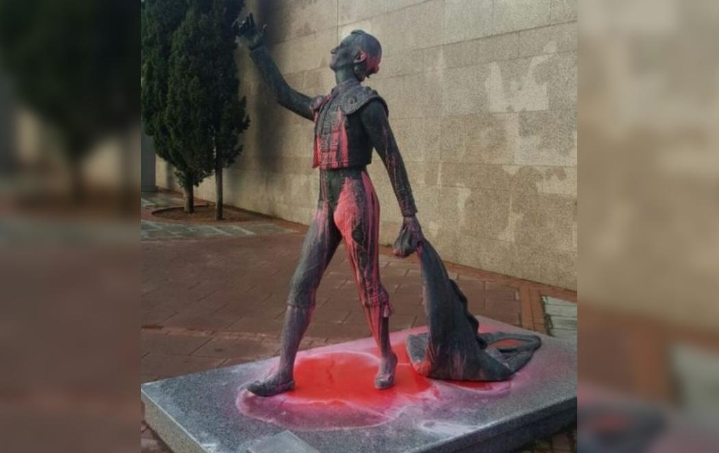 Varios antitaurinos tiñen de rojo las estatuas de la Plaza de las Ventas por la feria de San Isidro