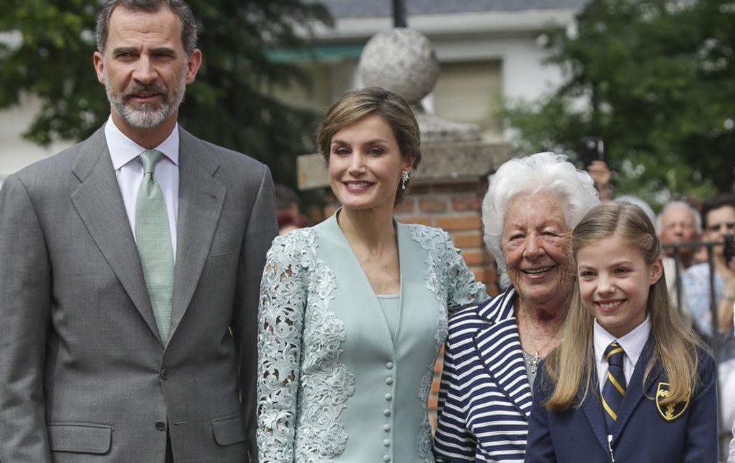 La Infanta Sofía celebra su Comunión arropada por los Reyes