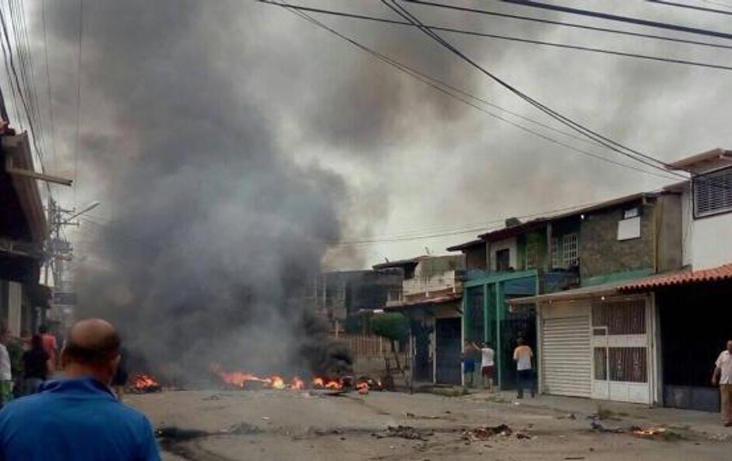 Los opositores venezolanos incendian la casa de Hugo Chávez