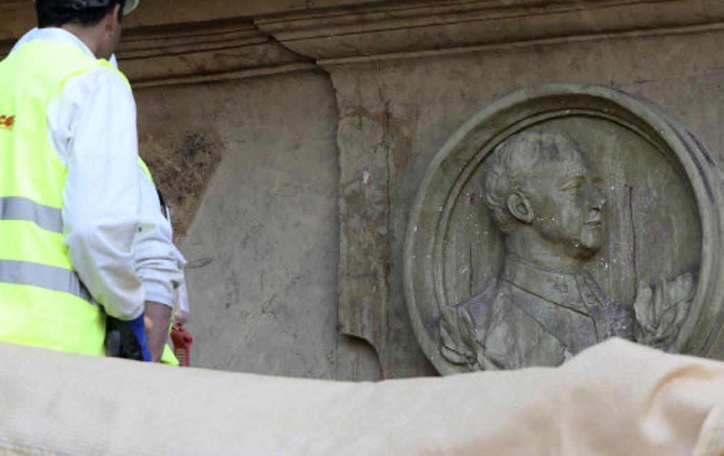Retiran el medallón de Franco de la Plaza Mayor de Salamanca