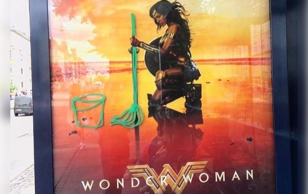 Machismo: Pintan una fregona en un cartel de 'Wonder Woman'
