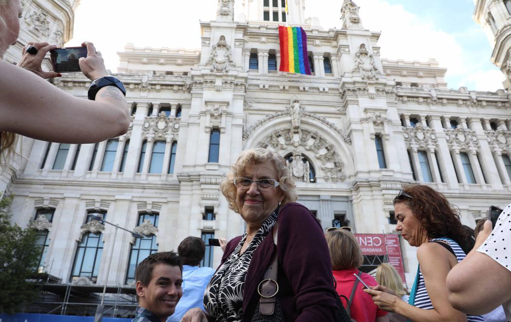 """Carmena coloca en Cibeles una bandera arcoíris """"realizada íntegramente por la ciudadanía"""""""