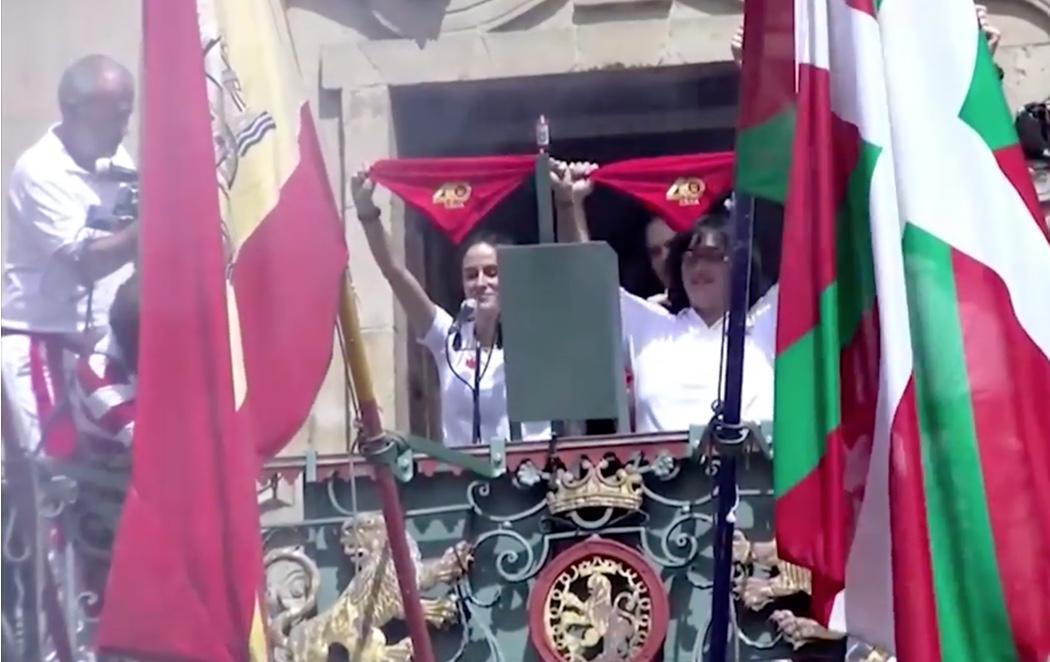 Bildu cuelga una ikurriña en el ayuntamiento de Pamplona por los San Fermines