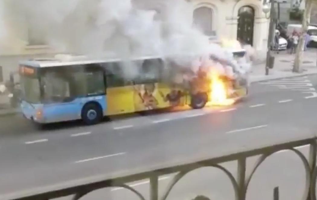 Arde un autobús cargado de pasajeros en pleno centro de Madrid