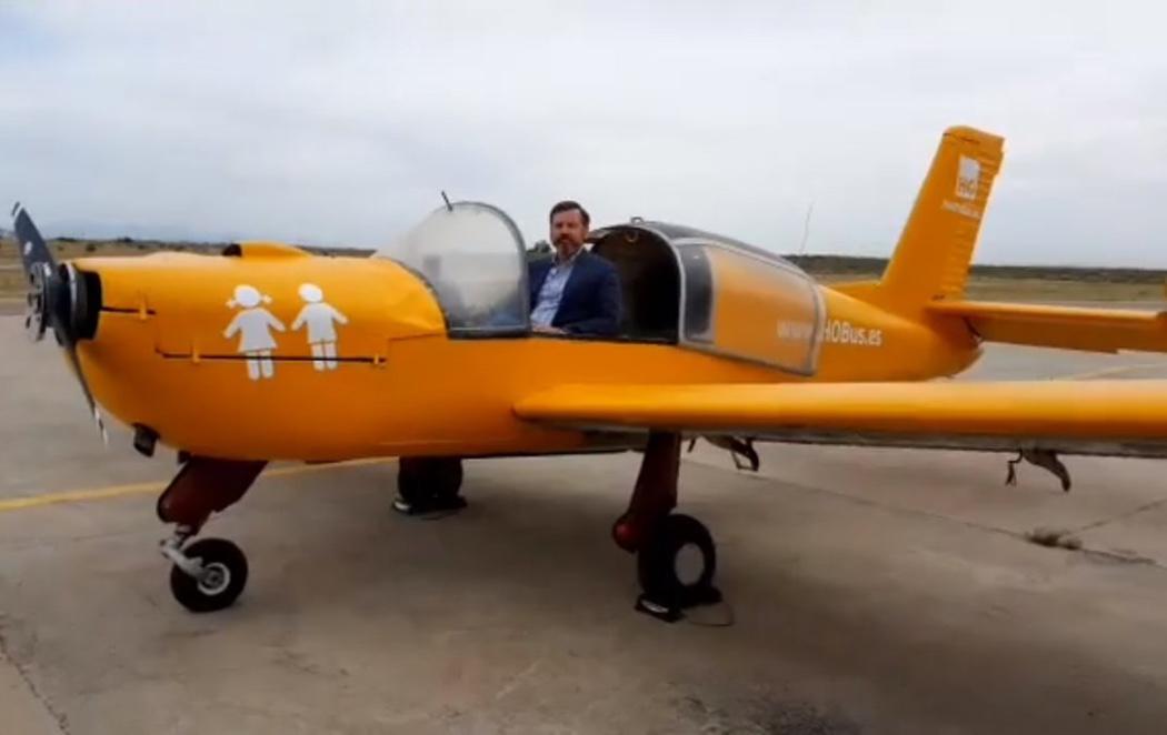 Hazte Oír presenta la avioneta con la que fomentará el odio hacia los niños transexuales