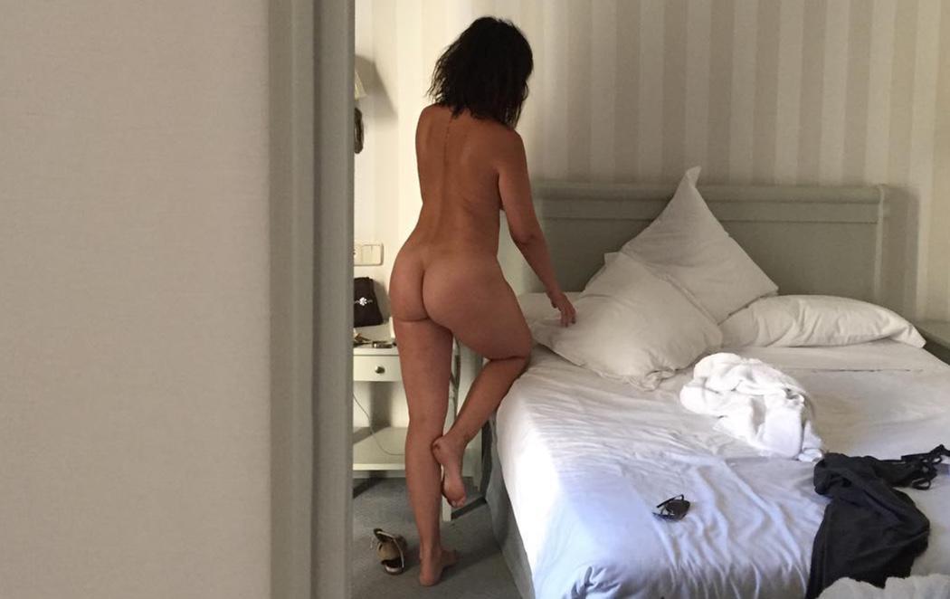 Melani Olivares muestras sus curvas tras su embarazo con un desnudo integral