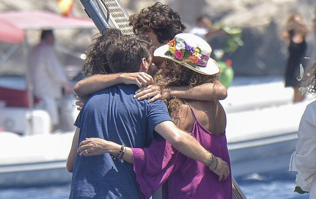 La familia de Ángel Nieto esparce sus cenizas en Ibiza y se despide de él en una emotiva ceremonia