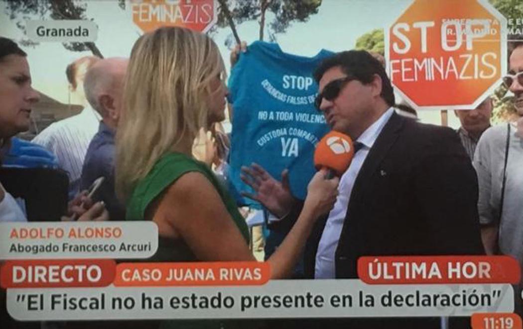 'Stop Feminazis': varias personas acuden al juzgado para atacar a Juana Rivas