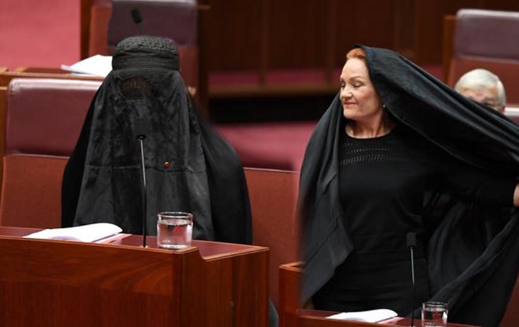 Una senadora de la extrema derecha acude al pleno con burka para luchar contra los musulmanes