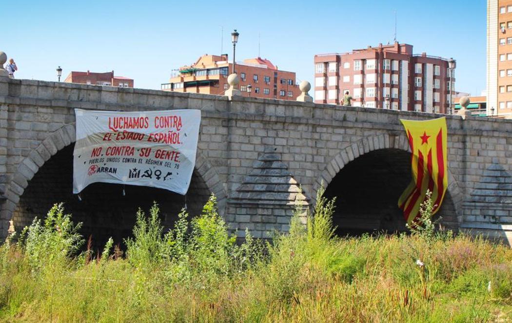 Las juventudes de la CUP cuelgan una estelada gigante en Madrid
