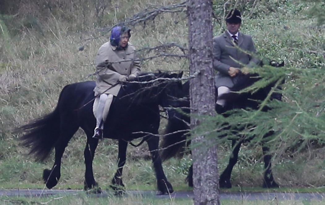 Pillan a la Reina Isabel de Inglaterra montando a caballo como una amazona a sus 91 años
