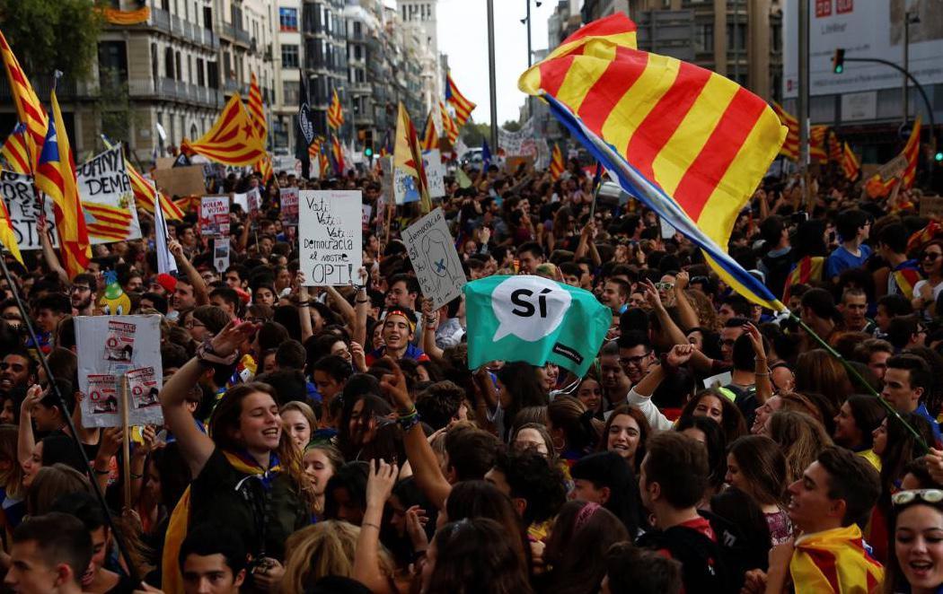 Miles de estudiantes se manifiestan en Barcelona para mostrar su apoyo al 1-O
