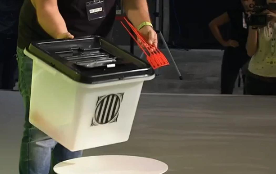 La Generalitat presenta las urnas opacas con las que pretende celebrar el referéndum ilegal el 1-O