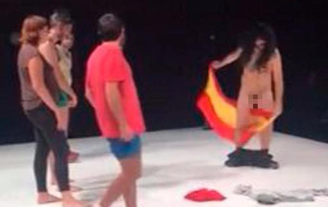Denuncian una obra de teatro en la que un actor se frota los genitales con la bandera de España