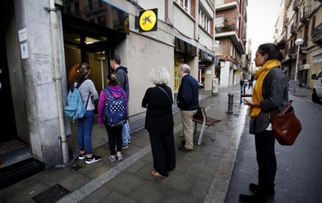 Comienza la retirada de efectivo de bancos catalanes por el traslado de sus sedes