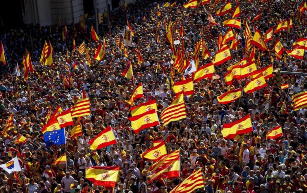 Miles de personas claman por la Unidad de España en Barcelona