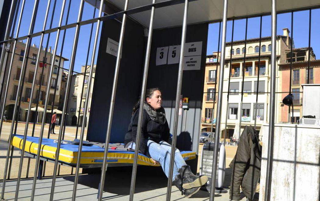 Decenas de personas se encierran en una cárcel simbólica para apoyar a los presos catalanes