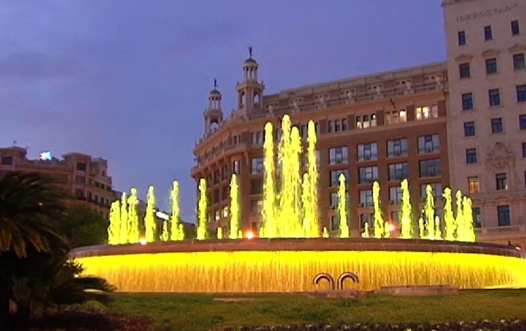 Colau ilumina las fuentes de Barcelona en amarillo para reclamar la libertad de los Jordis