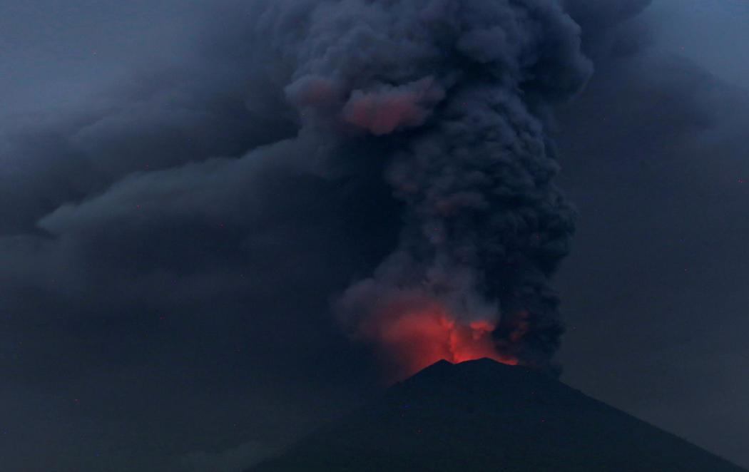 La inminente erupción del volcán Agung en Bali provoca 100.000 evacuados