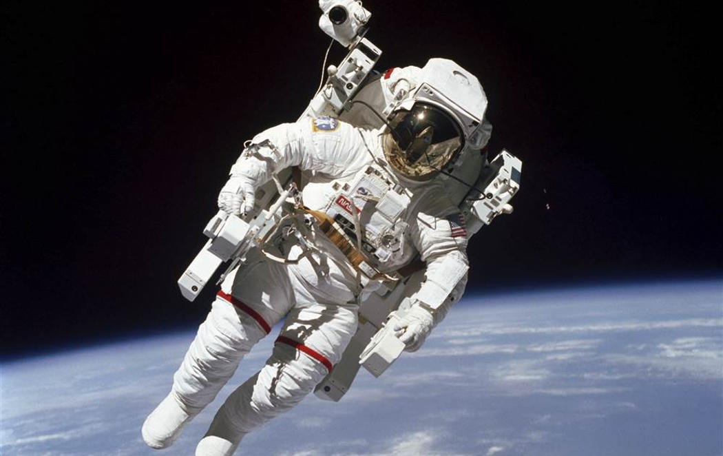 Muere Bruce McCandless, el primer astronauta que voló libre por el espacio