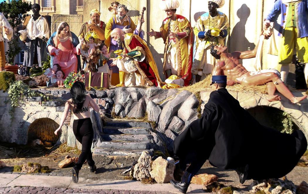 Una activista de Femen intenta robar al niño Jesús de un Belén en El Vaticano