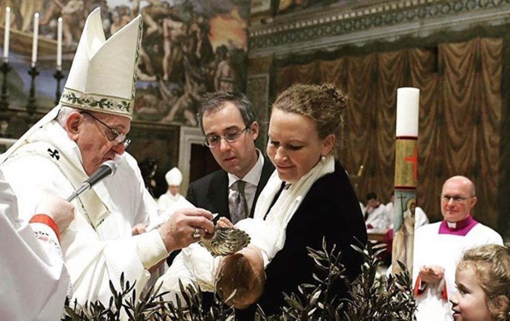 El Papa se rodea de 34 niños para organizar un bautismo multitudinario