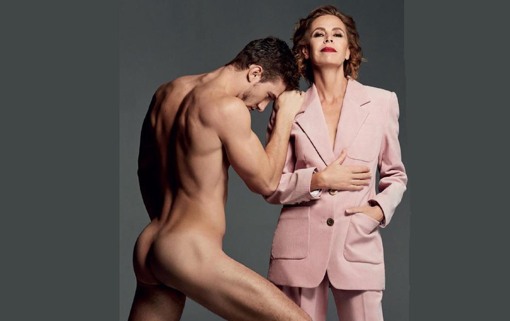 Ágatha Ruiz de la Prada posa junto a un joven completamente desnudo