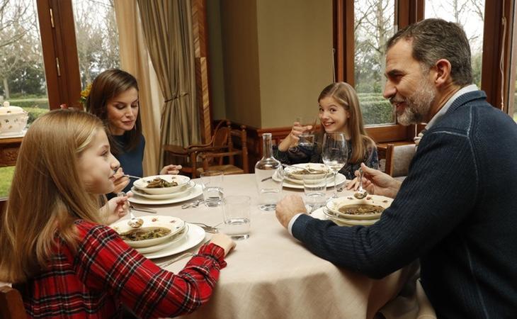 """El Rey abre las puertas de su Palacio en su 50º cumpleaños: """"cenamos sopita"""""""