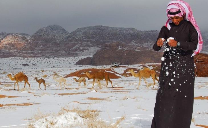 Una intensa nevada recorre el desierto de Arabia Saudí por el cambio climático