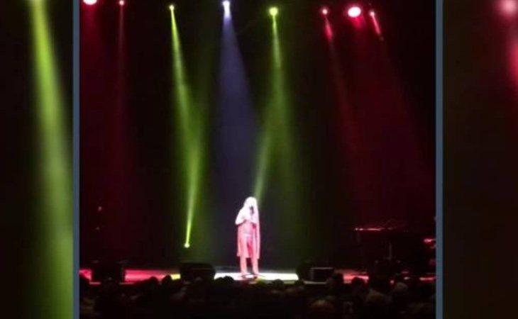Marta Sánchez emociona al cantar el himno de España con una letra inventada por ella misma
