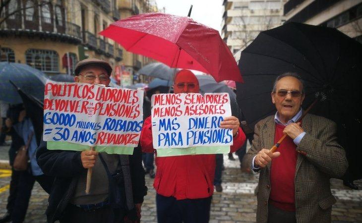 Los jubilados se enfrentan al frío, la lluvia y la nieve para reclamar una pensión digna