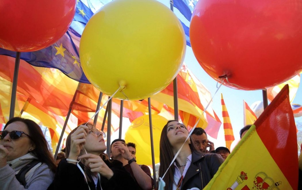 Miles de personas acuden a una manifestación de Societat Civil Catalana exigiendo un Govern con 'seny'