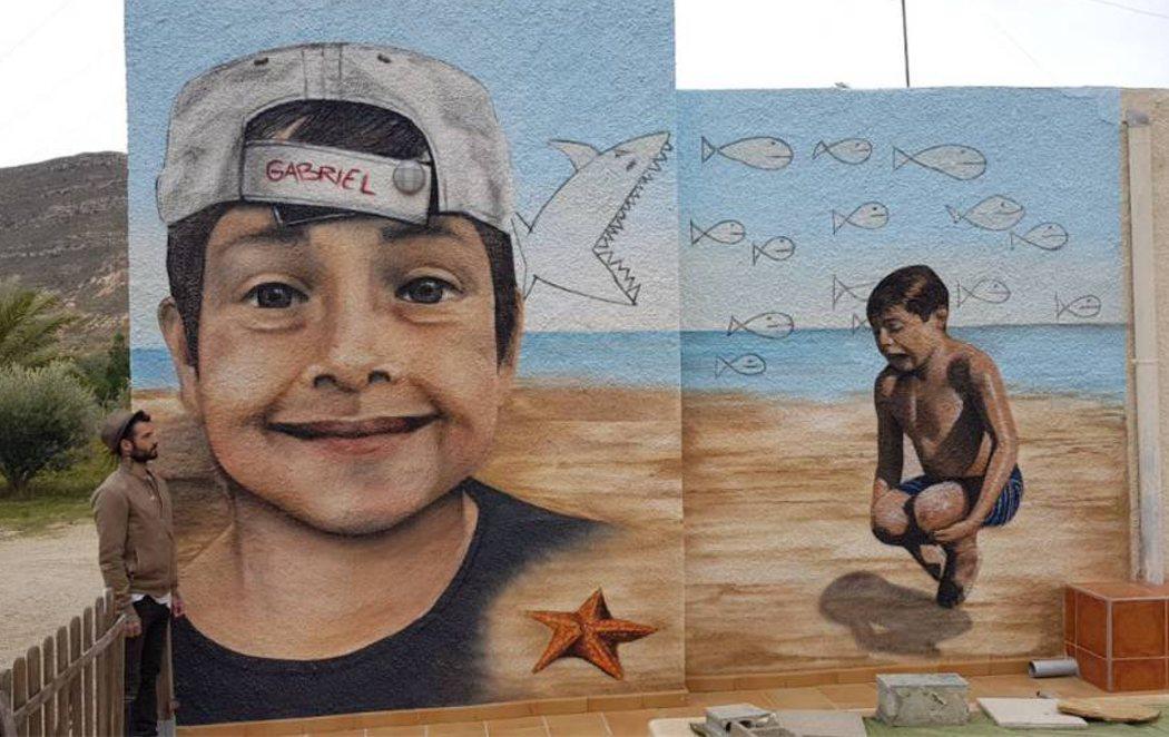 Unos graffiteros dedican un mural gigante en homenaje de Gabriel en la casa de su abuela