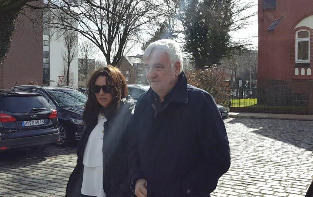 Puigdemont recibe la visita de su mujer en la cárcel alemana en la que permanece recluido