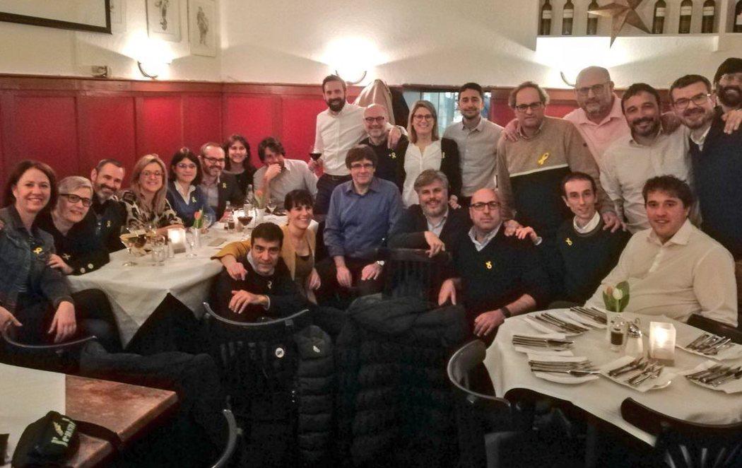 Puigdemont celebra su libertad con una gran cena acompañado de diputados de JxCat