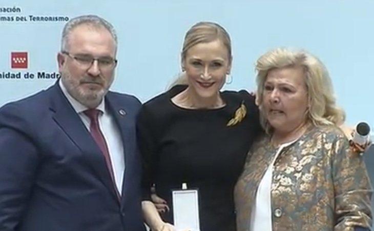 Cifuentes recibe el premio de las víctimas del terrorismo en pleno escándalo de su máster