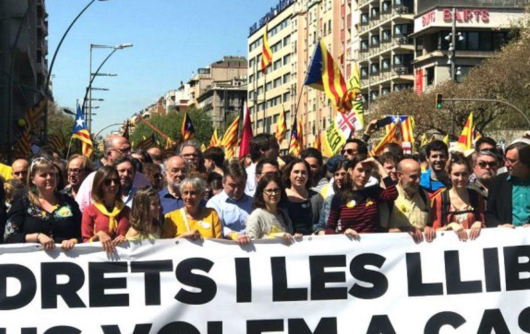 Ada Colau encabeza la manifestación por la liberación de los presos catalanes