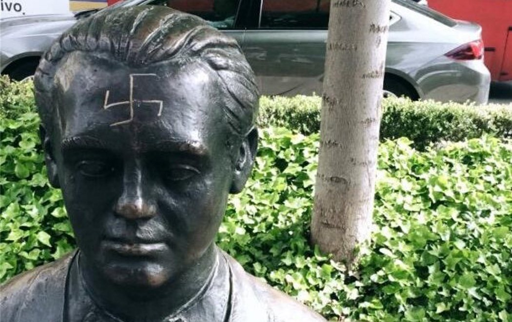 Dibujan una esvásticas nazi en la frente de la estatua de Federico García Lorca en Granada