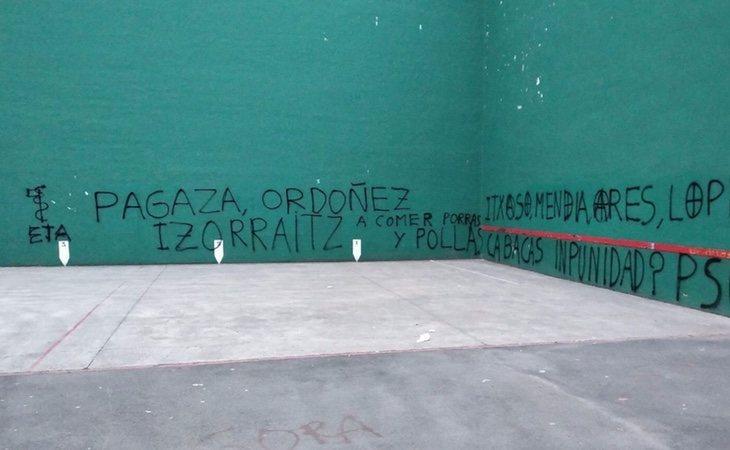 Aparecen varias pintadas con insultos y vejaciones en contra de las víctimas de ETA