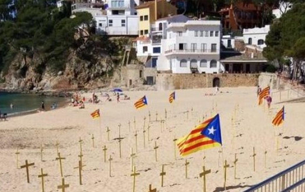 Las playas catalanas, llenas de cruces amarillas independentistas