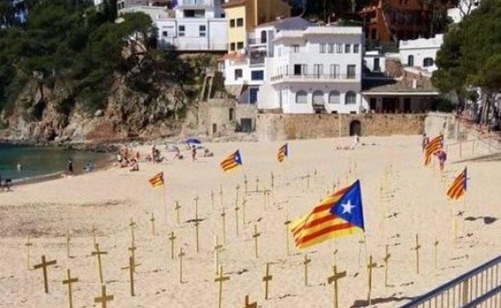 Las playas catalanas, llenas de cruces amarillas independentistas