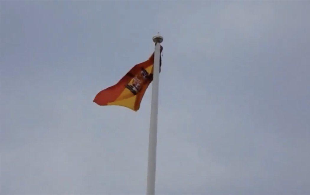 Cambian la bandera del arcoíris por una franquista en un colegio público de Benalmádena