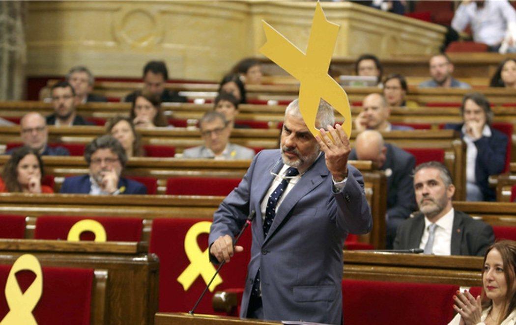El Parlament suspende el pleno porque un diputado de C's retiró un lazo amarillo