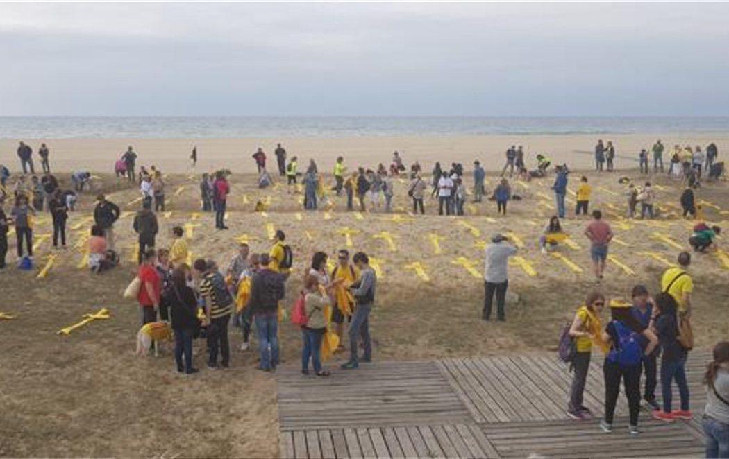 Los independentistas llenan la playa de Mataró de toallas amarillas en forma de cruz para esquivar la ley