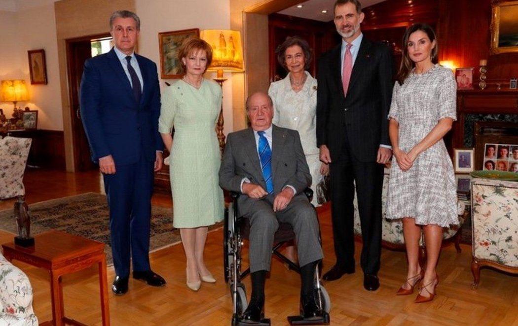 El rey Juan Carlos I se recupera de la operación en silla de ruedas