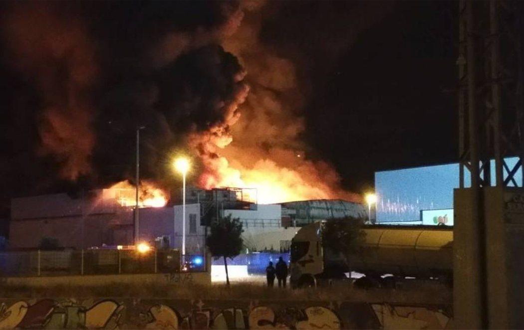 Un incendio convierte en cenizas la fábrica de panes y tartas de Mercadona en Valencia
