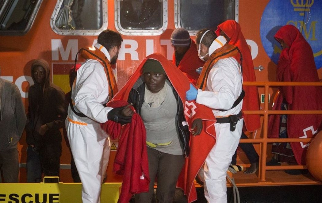La Guardia Civil rescata a 55 migrantes cerca de la playa de Almuñécar y a 27 en el Estrecho